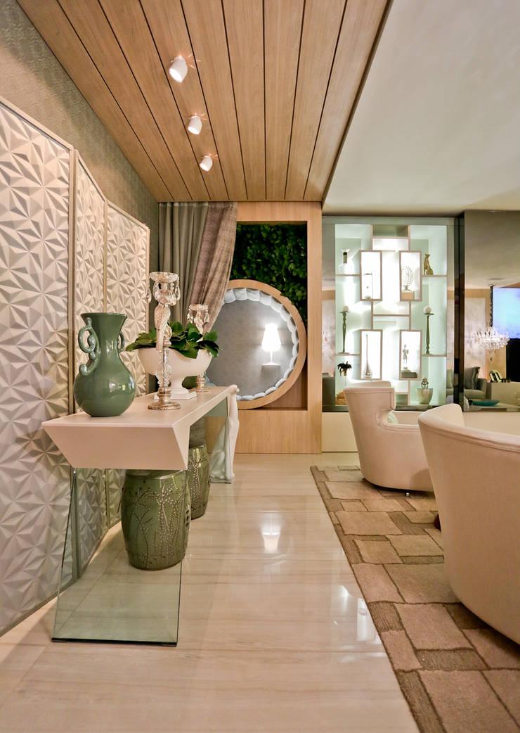 THE INTIMATE LIVING FOR US.: Sala de estar  por maison arquitetura + interiores
