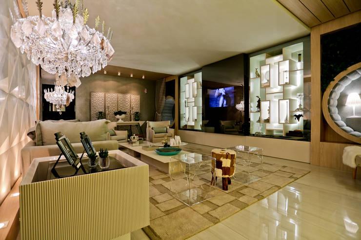 THE INTIMATE LIVING FOR US: Sala de estar  por maison arquitetura + interiores