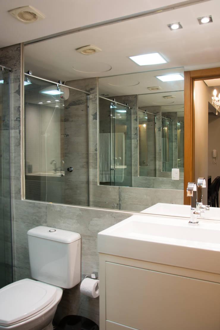 Baños de estilo minimalista de arquiteta aclaene de mello Minimalista