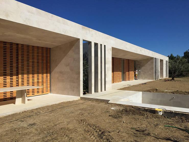 Maison ligne: Maisons de style  par Hamerman Rouby Architectes