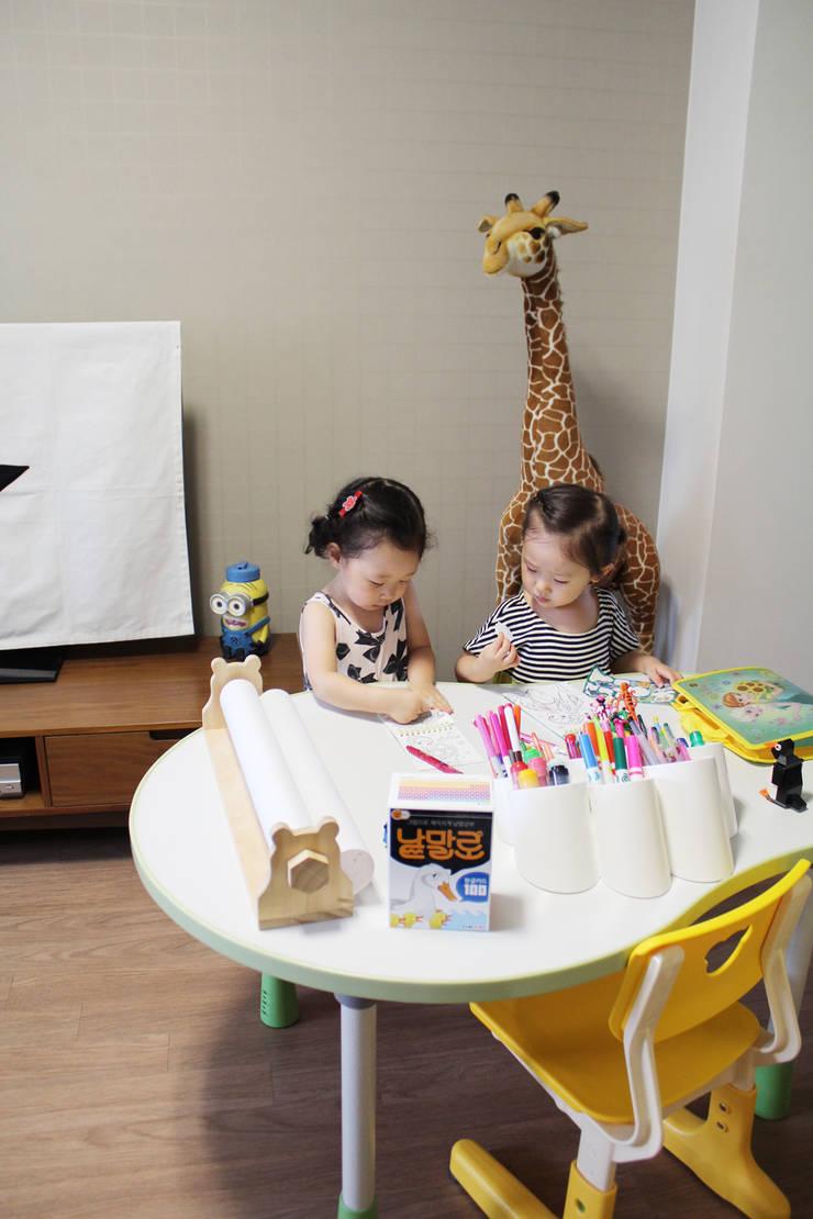 Rolly table: 토끼네집의  아이 방