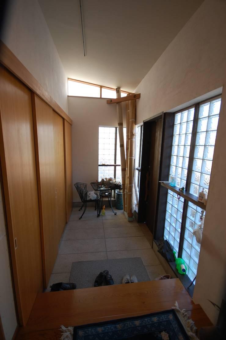 玄関: 一級建築士事務所有限会社石原建設が手掛けた廊下 & 玄関です。,