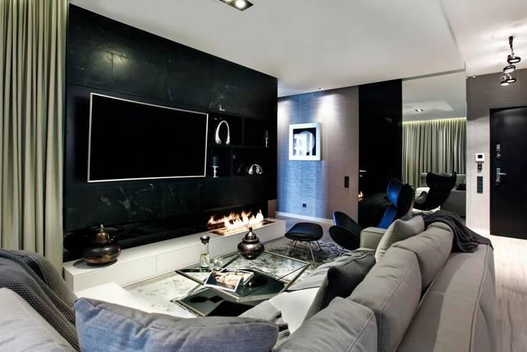 Zabudowa TV  pokryta została naturalnym kamieniem : styl , w kategorii Salon zaprojektowany przez FLOW Franiak&Caturowa
