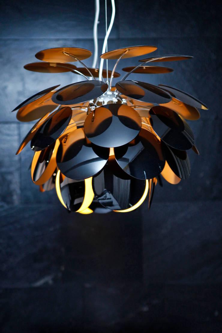 Elegancki apartament, w którym  króluje czerń: styl , w kategorii Salon zaprojektowany przez FLOW Franiak&Caturowa