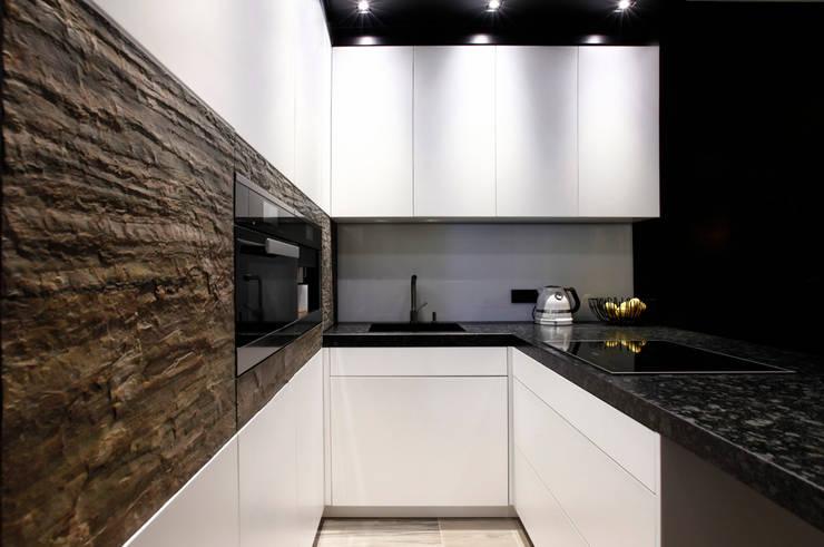 Elegancki apartament, w którym  króluje czerń: styl , w kategorii Kuchnia zaprojektowany przez FLOW Franiak&Caturowa