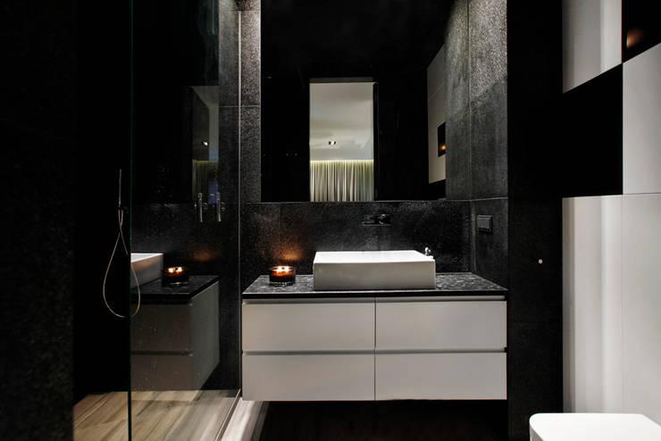 Elegancki apartament, w którym  króluje czerń: styl , w kategorii Łazienka zaprojektowany przez FLOW Franiak&Caturowa