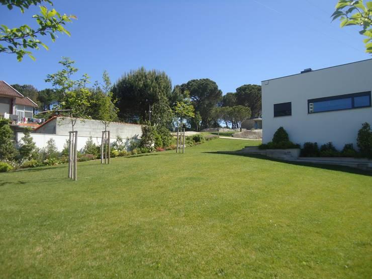 jardim privado: Jardins  por Raquel Frias - arquitectura paisagista