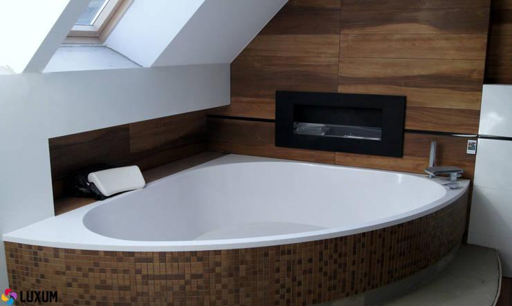 Nowoczesna wanna od Luxum: styl , w kategorii Łazienka zaprojektowany przez Luxum