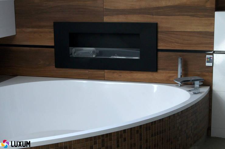 Narożna wanna od Luxum: styl , w kategorii Łazienka zaprojektowany przez Luxum