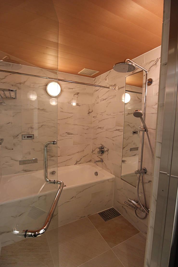 重苦しいアンティークからモダンへのリフォーム: 一級建築士事務所有限会社石原建設が手掛けた浴室です。