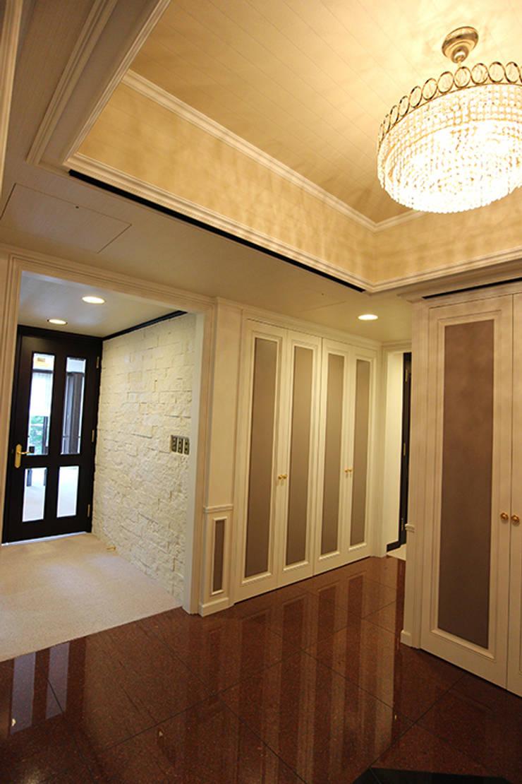 重苦しいアンティークからモダンへのリフォーム: 一級建築士事務所有限会社石原建設が手掛けた廊下 & 玄関です。