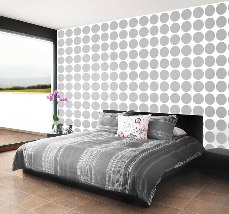 Biała tapeta w duże szare grochy: styl , w kategorii Ściany zaprojektowany przez Dekoori