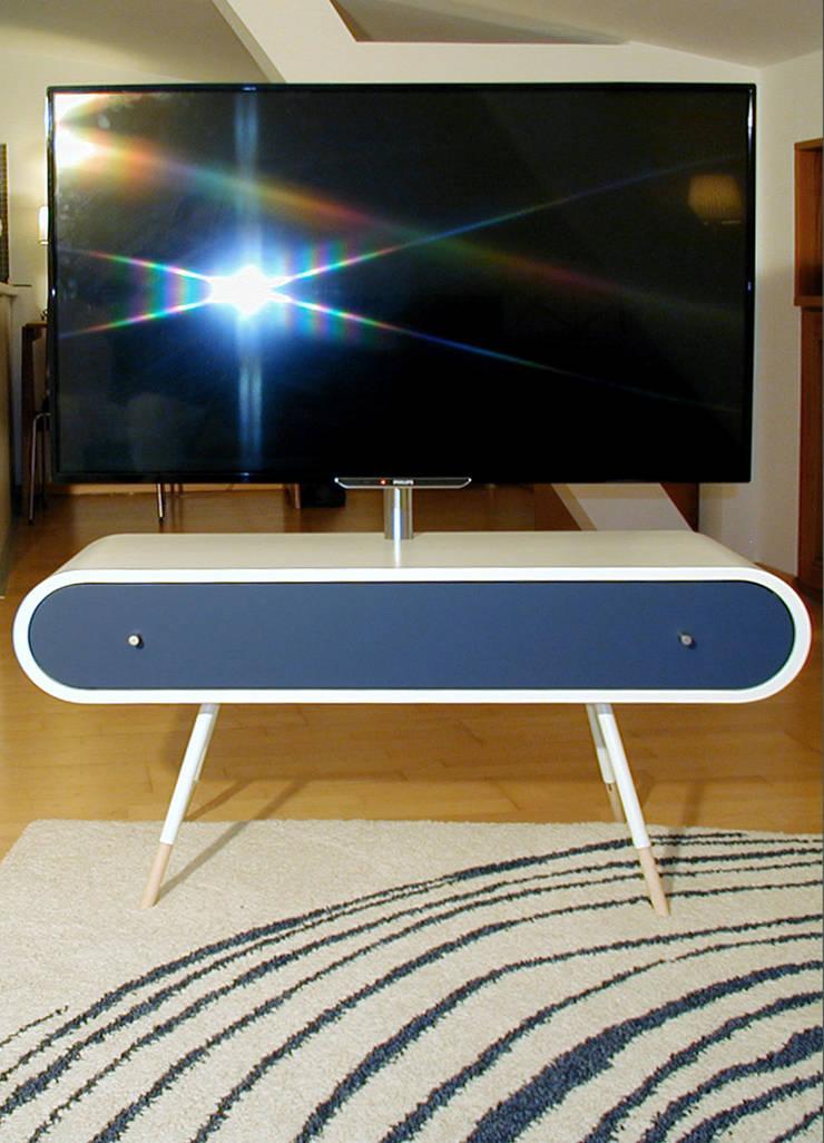 TV1_FRONT: modern  von Reinhard Rotthaus,Modern Holzwerkstoff Transparent