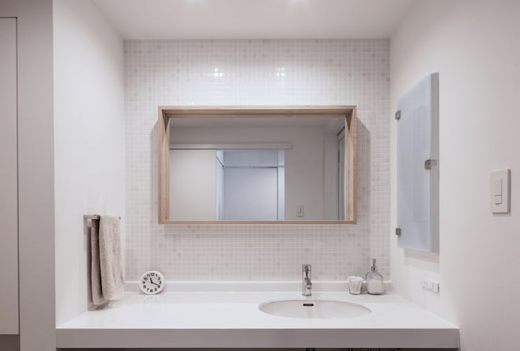 Bathroom by 一色玲児 建築設計事務所 / ISSHIKI REIJI ARCHITECTS
