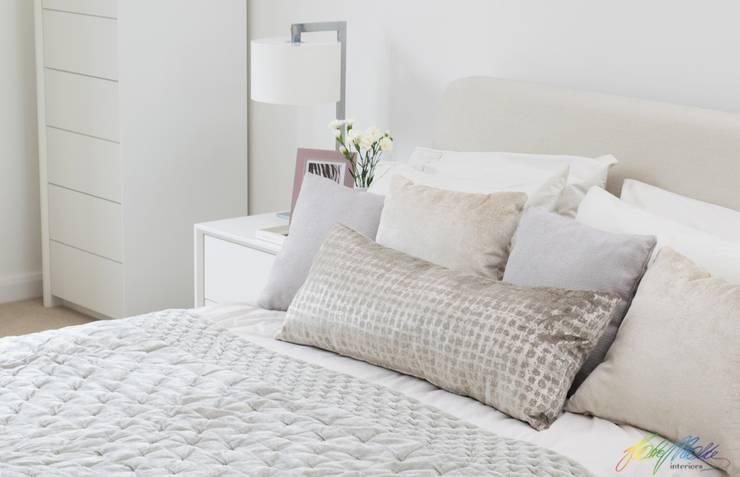 Dormitorios de estilo  por Katie Malik Interiors