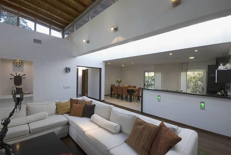Casa P: Livings de estilo  por Estudio PM