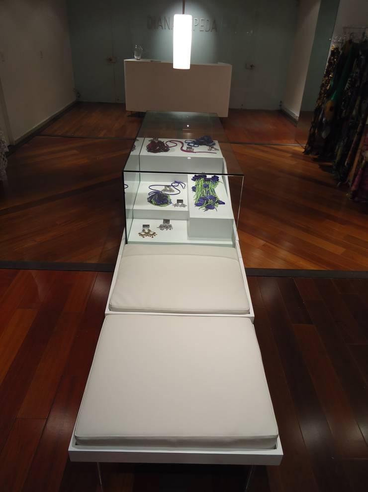 BOUTIQUE DIANA CEPEDA - Mueble exhibición central :  de estilo  por Mako laboratorio , Minimalista Madera Acabado en madera
