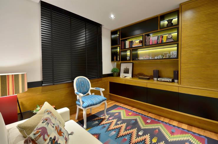 Dormitório de hóspedes: Escritórios  por Stúdio Márcio Verza