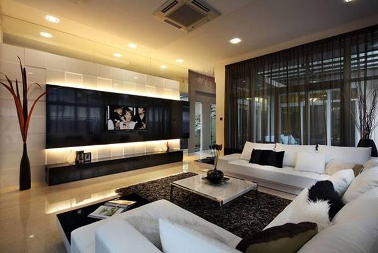 Estofados na cor off white !: Sala de estar  por CORTINAGGIO TECIDOS PARA DECORAÇÃO LTDA,