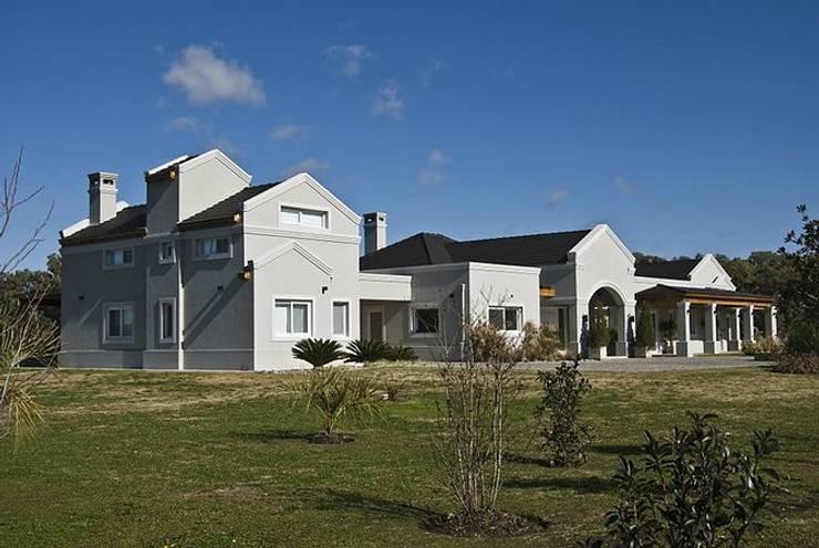 Casa V: Casas de estilo  por Estudio PM