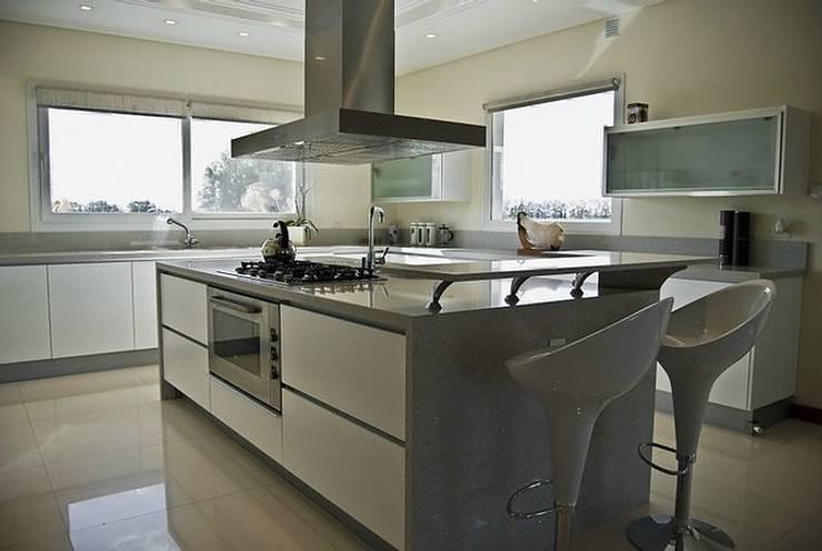 Casa V: Cocinas de estilo clásico por Estudio PM