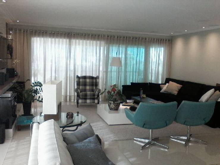 """""""Poltronas aconchegantes em cores primarias"""": Sala de estar  por CORTINAGGIO TECIDOS PARA DECORAÇÃO LTDA"""