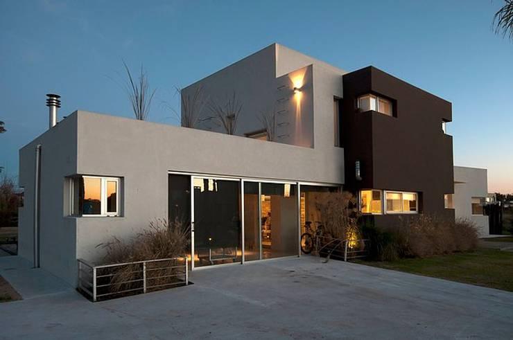 Casa O: Casas de estilo moderno por Estudio PM
