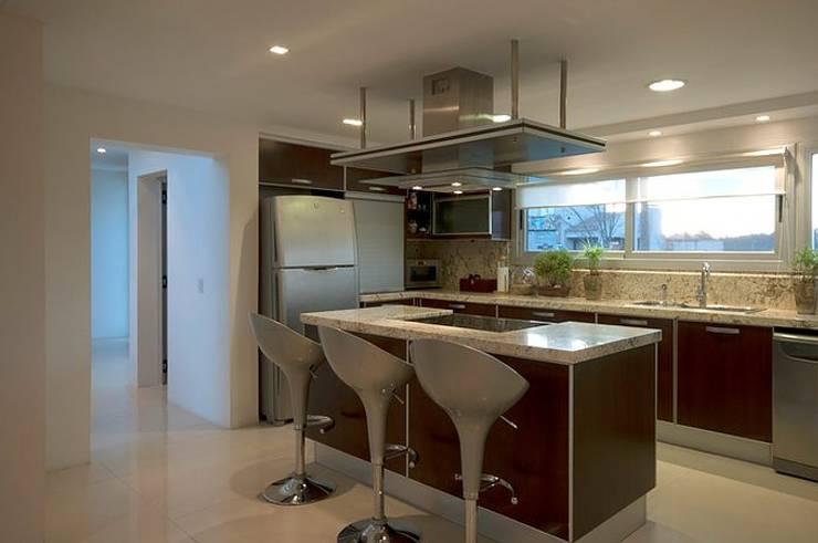 Casa O: Cocinas de estilo moderno por Estudio PM