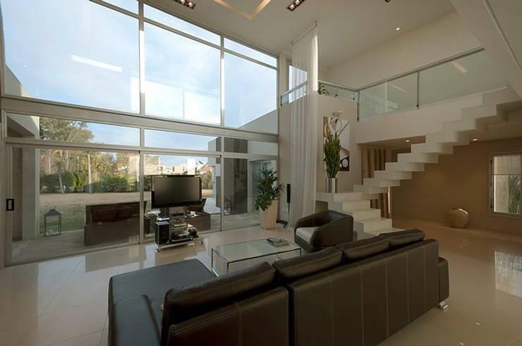 Casa O: Livings de estilo moderno por Estudio PM