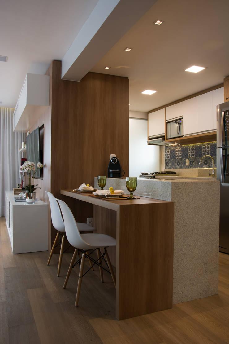 Cozinha integrada ao estar : Salas de estar  por Stúdio Márcio Verza,