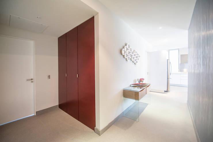 PASILLO/ENTRADA: Vestíbulos, pasillos y escaleras de estilo  por ESTUDIO TANGUMA