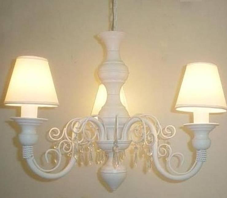 Lustre branco de teto com cúpulas clássico de 3 lâmpadas: Quarto de crianças  por Chic em cores com  decoração LTDA,