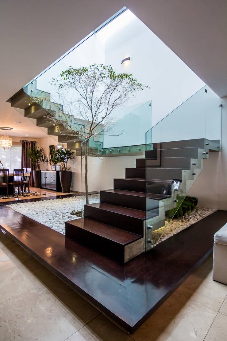 Escalera: Pasillos y recibidores de estilo  por aaestudio