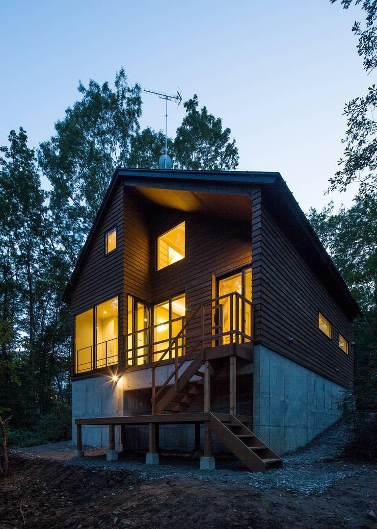 外観(夜景): Unico design一級建築士事務所が手掛けた家です。,