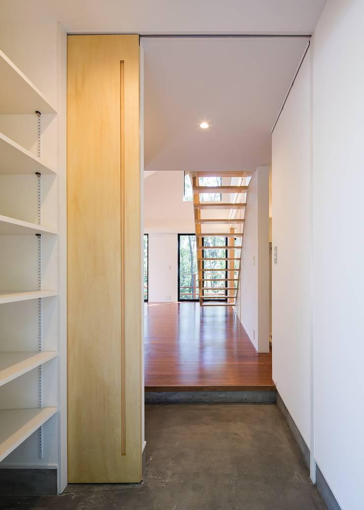 風除室・玄関: Unico design一級建築士事務所が手掛けた廊下 & 玄関です。,