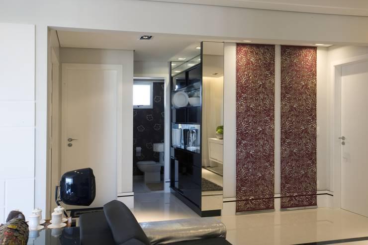 APTO. 230m² -  projeto PRETO, BRANCO E PRÁTICO - LIVING: Salas de estar  por Adriana Scartaris design e interiores