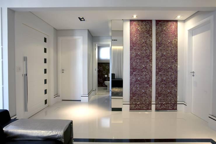 APTO. 230m² -  projeto PRETO, BRANCO E PRÁTICO - LIVING: Corredores e halls de entrada  por Adriana Scartaris design e interiores