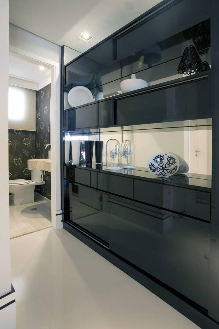 APTO. 230m² -  projeto PRETO, BRANCO E PRÁTICO - GALERIA: Corredores e halls de entrada  por Adriana Scartaris design e interiores