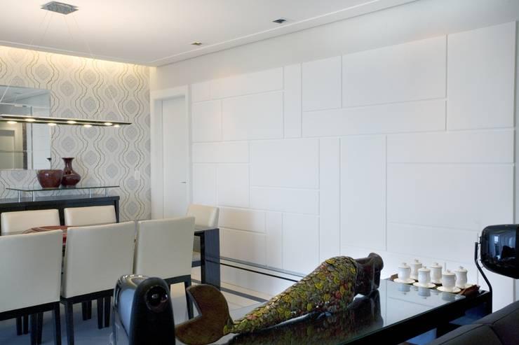 APTO. 230m² -  projeto PRETO, BRANCO E PRÁTICO - SALA DE JANTAR : Paredes  por Adriana Scartaris design e interiores