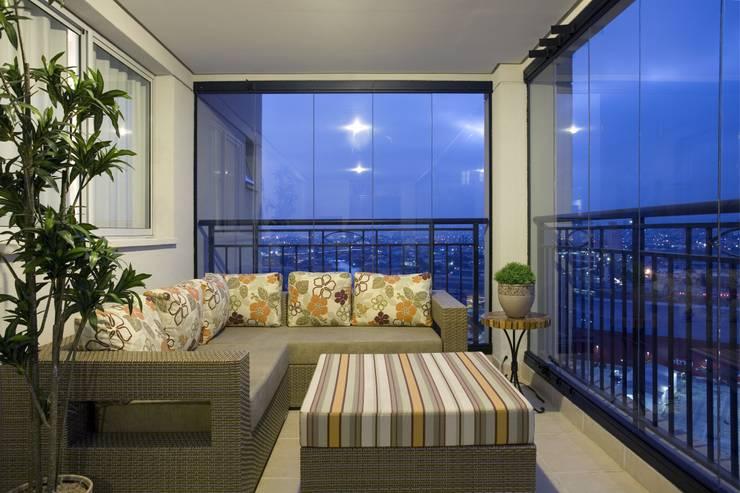 APTO. 230m² -  projeto PRETO, BRANCO E PRÁTICO - TERRAÇO: Terraços  por Adriana Scartaris design e interiores