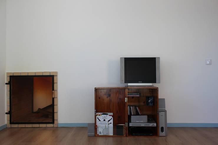 azul: Salas de estar  por crónicas do habitar