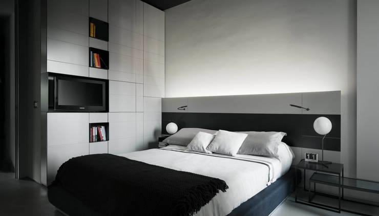 private apt in Milano: Camera da letto in stile  di StudioCR34
