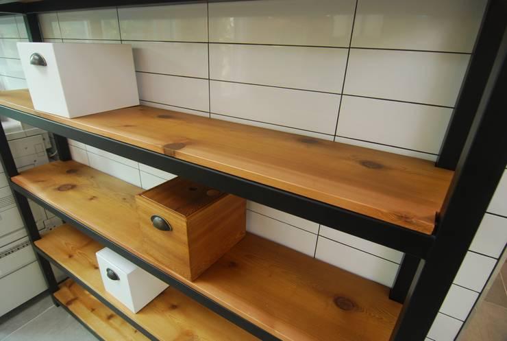 적삼목 선반 수납장: 다한디자인의  서재 & 사무실