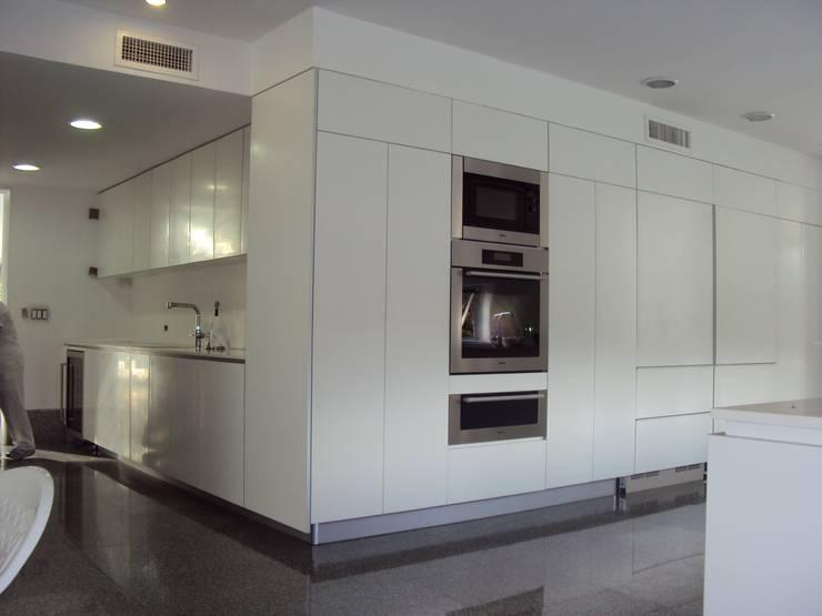 APARTAMENTO ROSALES - entrepaños baño: Cocinas de estilo  por Mako laboratorio , Moderno Madera Acabado en madera