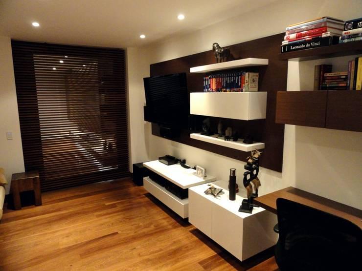 APARTAMENTO ROSALES - Muebles estudio : Estudios y despachos de estilo  por Mako laboratorio , Moderno Madera Acabado en madera