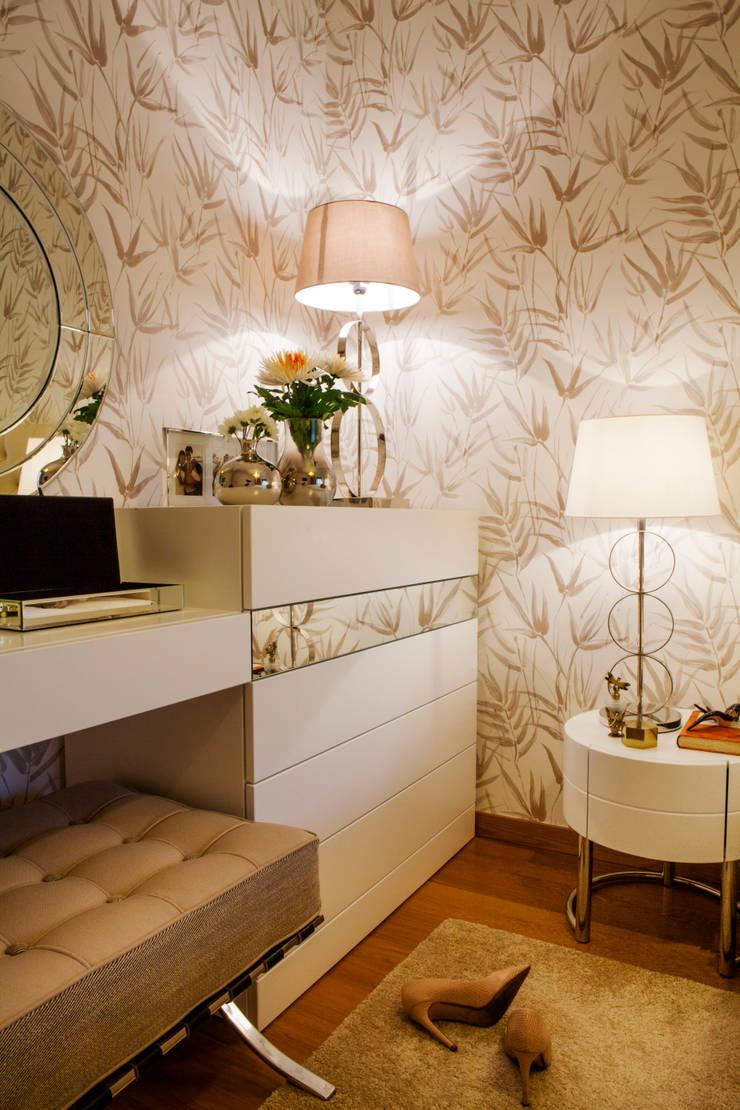 Apartamento Cosmopolita: Quartos  por Spacemakers,Moderno