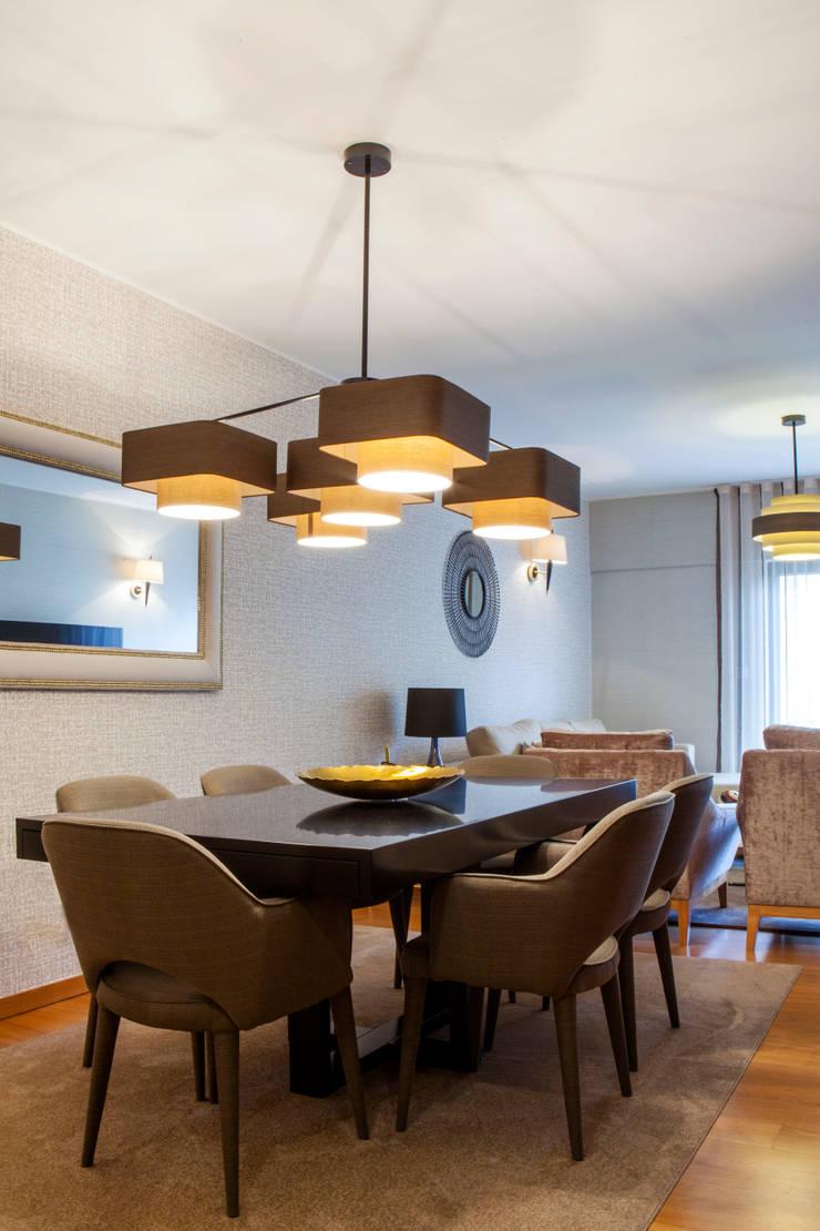 Apartamento Cosmopolita: Salas de jantar  por Spacemakers