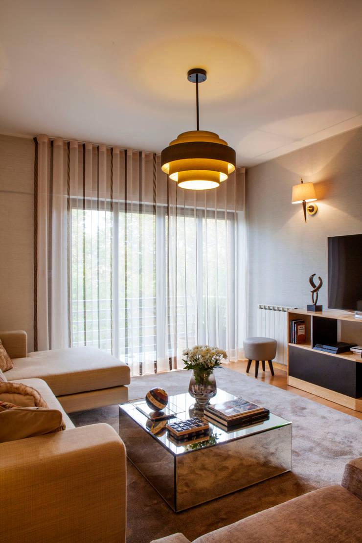 Apartamento Cosmopolita: Salas de estar  por Spacemakers