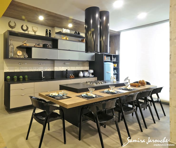 Kitchen by Samira Jarouche Arquitetura & Interiores,