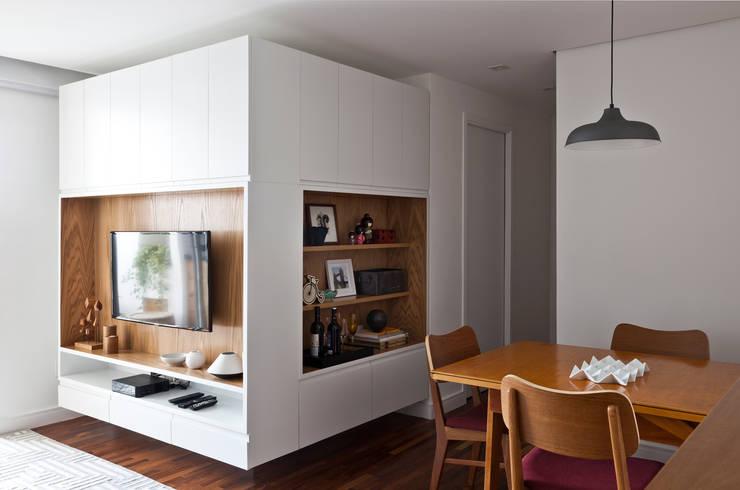 Salas / recibidores de estilo  por INÁ Arquitetura